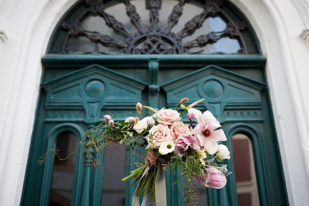 Shooting d'inspiration Mariage en Blush rouge pivoine fleuriste Saint-Jean-de-Luz
