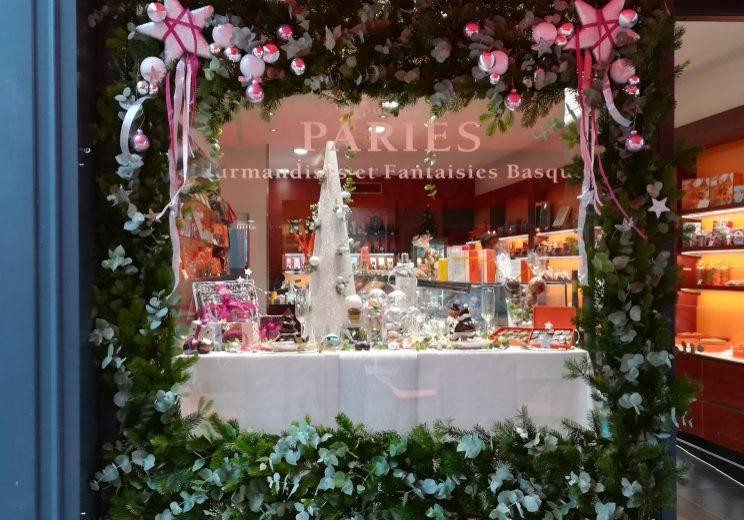 Rouge pivoine a été choisie pour fleurir les boutiques de la maison Pariès Pays basque Paris Bordeaux